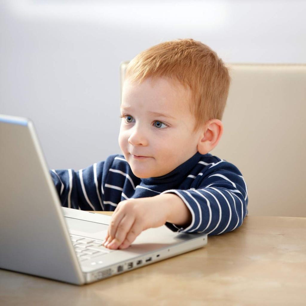 Ребенок сидит за компьютером фото