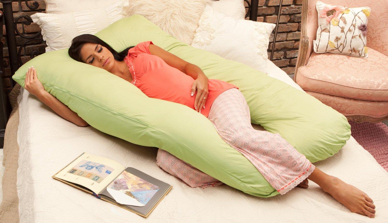 Живот уже большой, матка давит на все внутренние органы, поэтому найти удобные позы для сна при беременности становится все труднее.