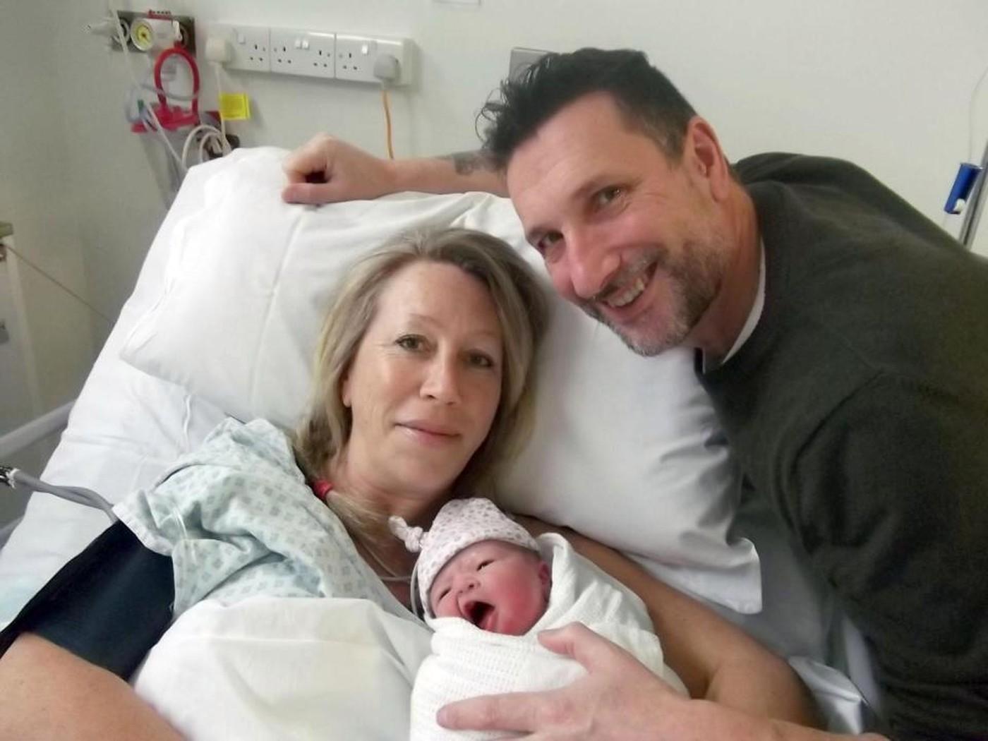 Вопреки прогнозам: 47-летней британке удалось родить здорового кроху