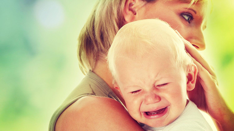 Младенец упал с ручек: что может произойти?