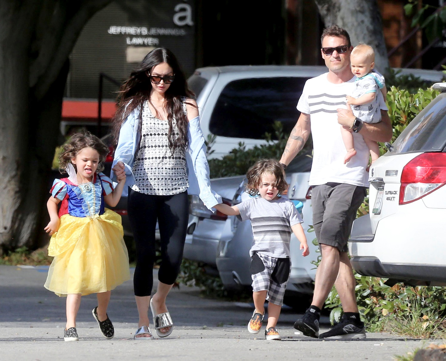http://cdn.megastyle.ph/wp-content/uploads/2017/08/07130404/Megan-Fox-with-Brian-Austin-Green-and-their-three-sons-Noah-Bodhi-and-Journey.jpg