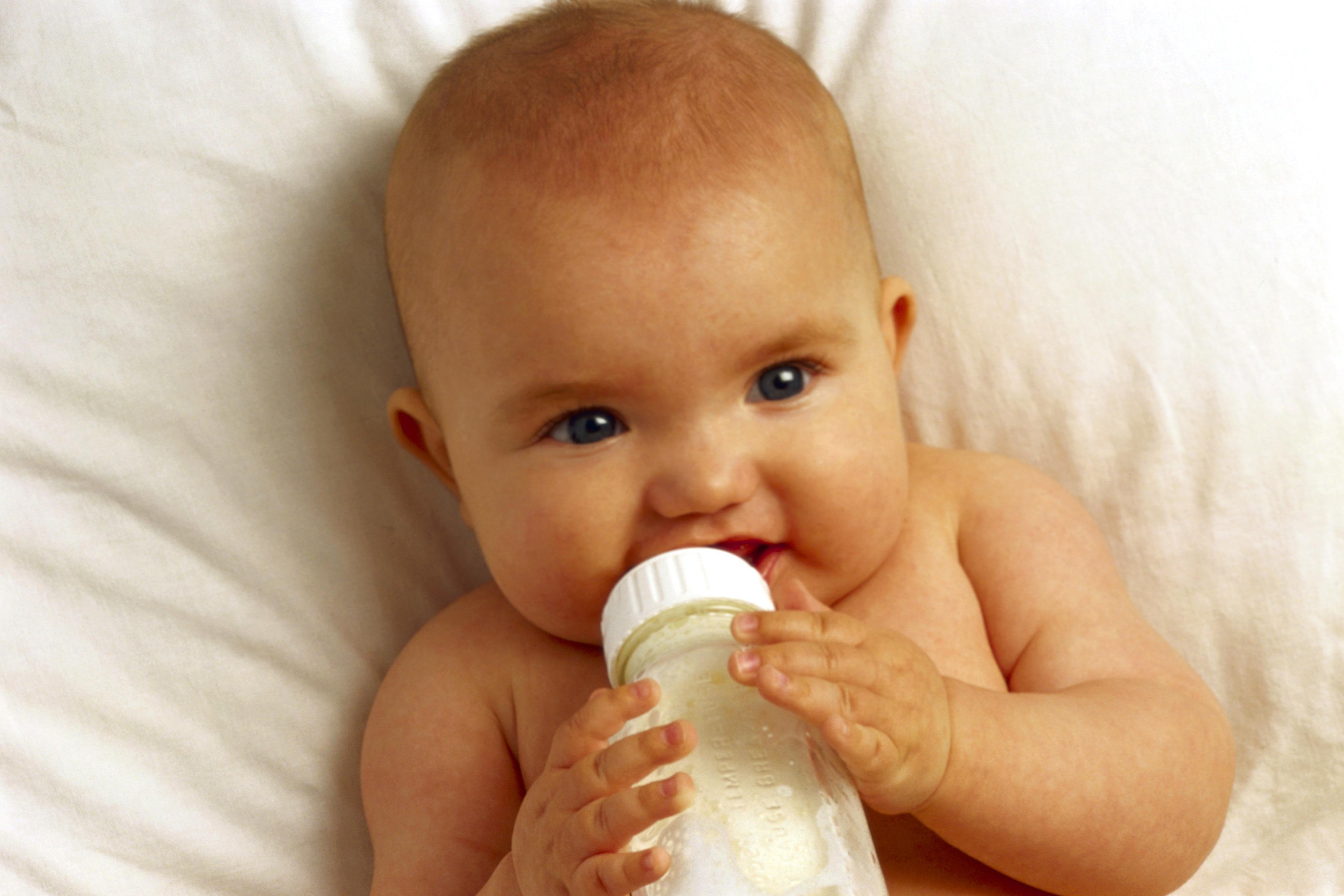 Бутылка VS. Чашка: как научить малыша пить из чашки