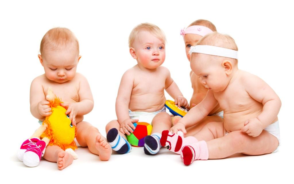 Почему дети бросают игрушки на пол: 3 причины, чтобы понять и простить