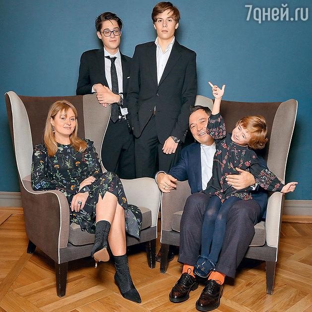 Эксклюзивный репортаж: Н. Михалков готовится стать прадедом в 72
