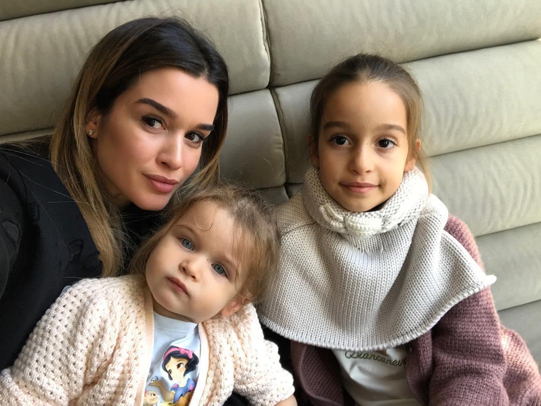Звезды против: мать, которая кормит из фаллоимитатора, осудили в соцсетях