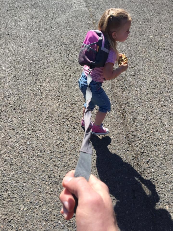 Моя дочь – как дикий зверь: папа о том, почему его дочь на поводке