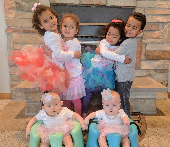Магия чисел: у этой пары - 3 пары близнецов, родившихся 28 февраля