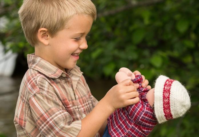 Мальчик играет в куклы: 5 причин, почему это нормально