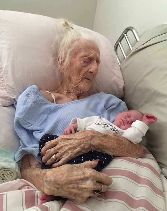 Смахнуть слезу: 30 первых встреч правнуков с их бабушками и дедушками