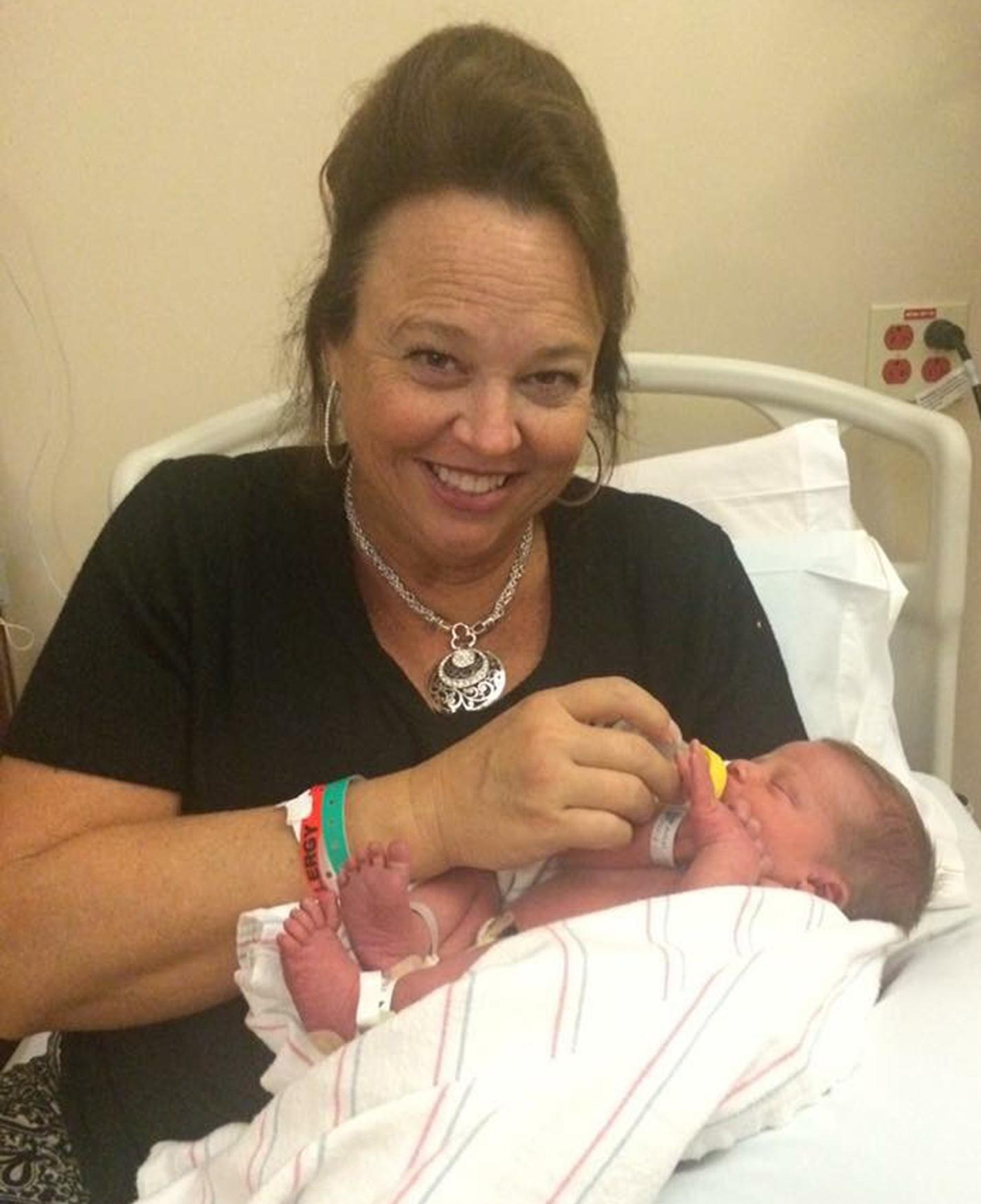 Второй сын для дочери: эта бабушка из Калифорнии сама рожает внуков