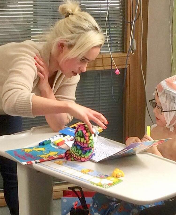 Стала мамой?: Эмилия Кларк Дайнерис выложила фото с младенцем на руках