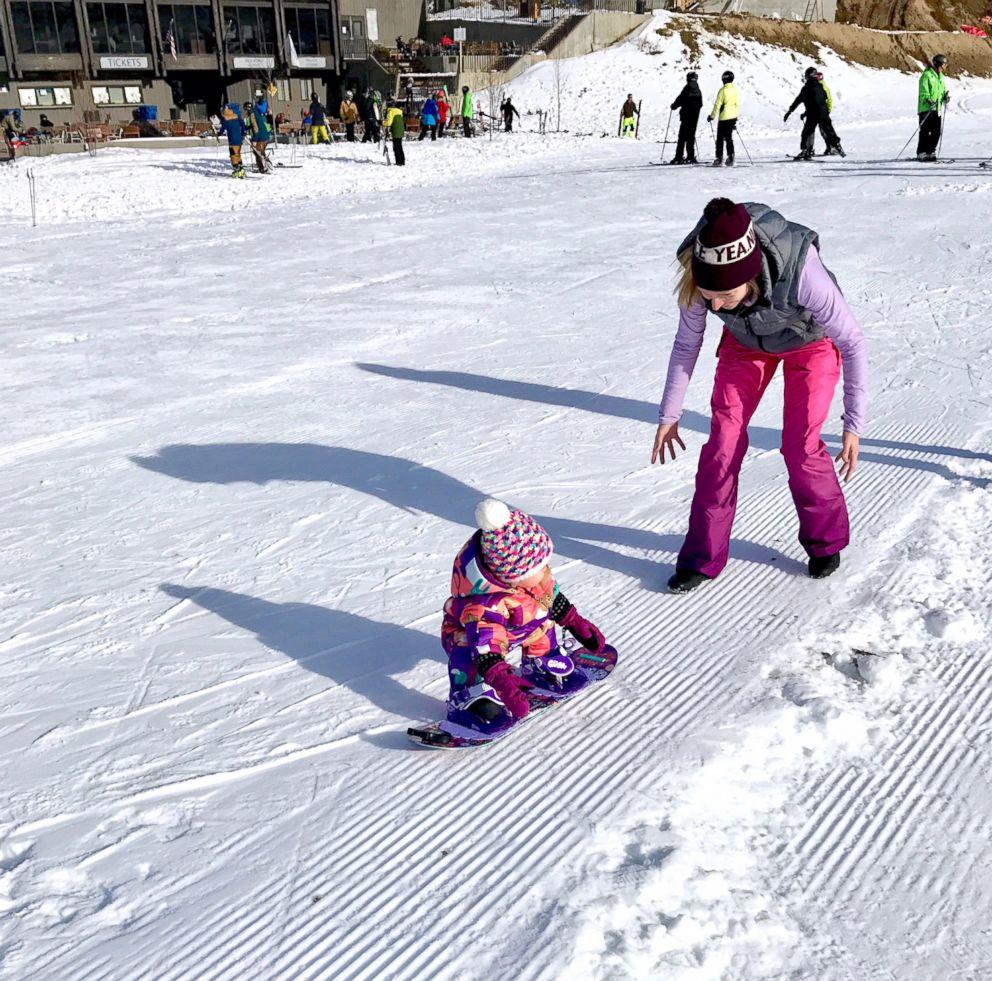 Звезда YouTube: родители поставили годовалую дочь на сноуборд
