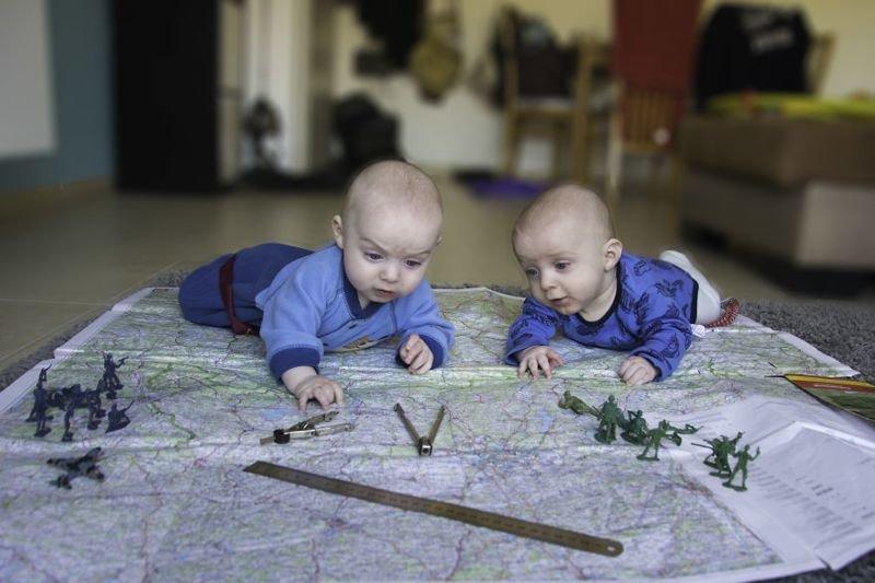 Когда папа фотограф: веселый проект о жизни близнецов - 40 кадров