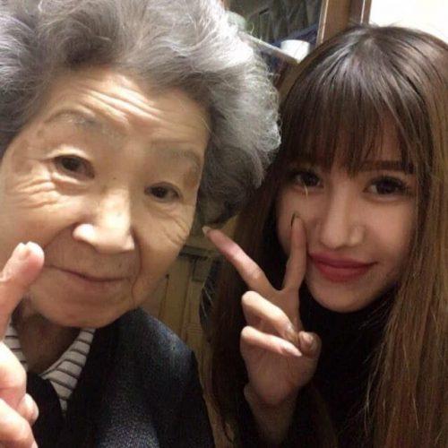 Теперь можно носить: бабушка из Японии тайком подлатала джинсы внучки