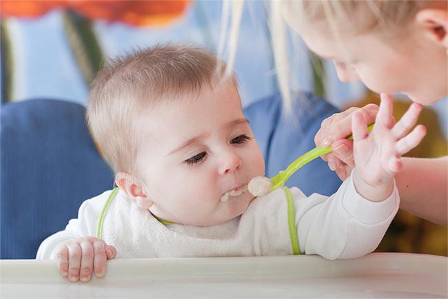 Когда кормить младенца: ранние и поздние признаки голода