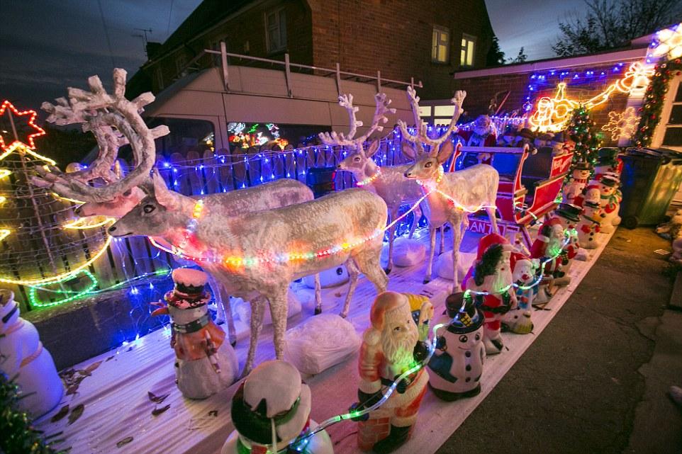 Семья из Британии тратит тысячи фунтов на Рождественскую сказку