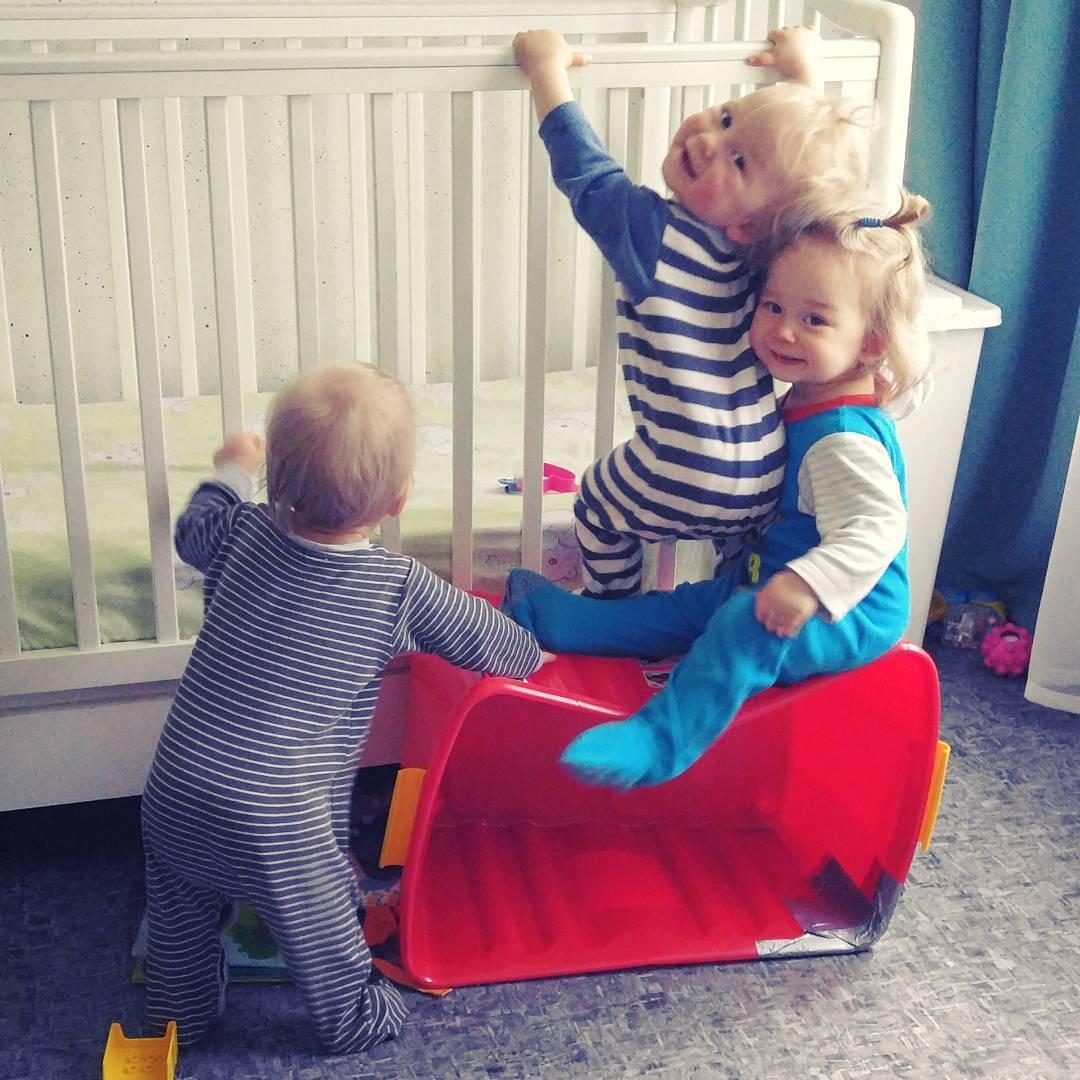 Как это - быть мамой тройни: 13 кадров из реальной жизни обычной семьи