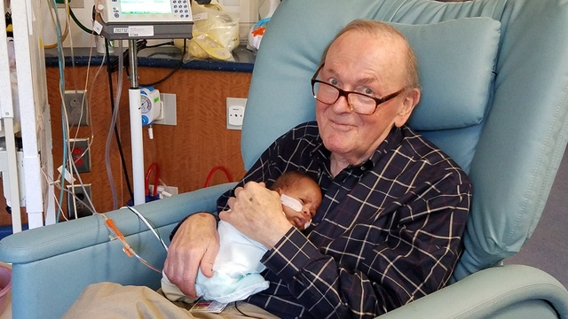 12 лет в больнице: ему 82, и он помогает недоношенным малышам