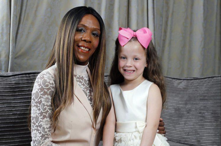 Ох, уж эти гены: у темнокожей мамы родилась «белая» девочка