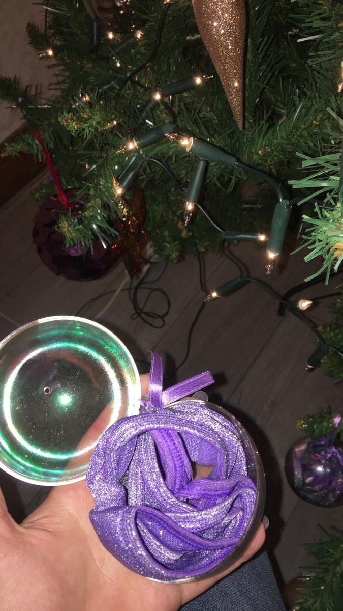 Сюрприз от бабушки: внуки получили елочные шары для взрослых