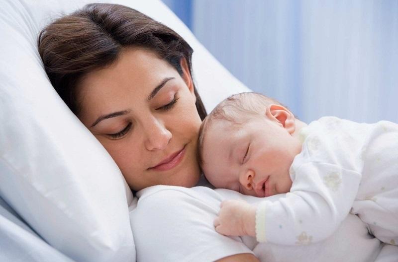Почему малыш должен спать с мамой до 3-х лет: исследование ученых