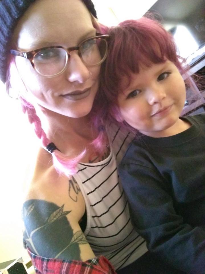Креатив от дочки: мама разрешает в 2 года - красить волосы и делать тату
