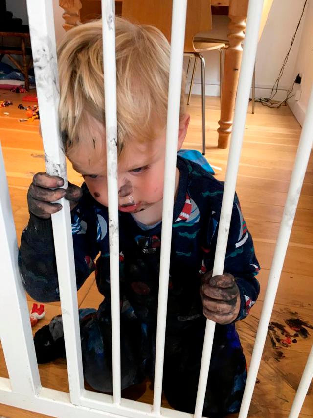 Этот малыш разрисовал весь дом черной краской, пока мама висела на телефоне