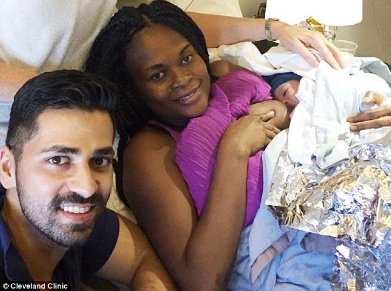 Чудо в воздухе: врач-уролог принял роды прямо на борту самолета