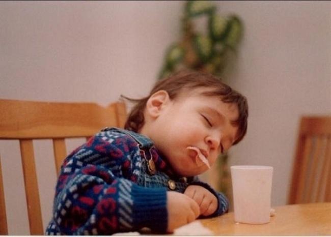Сон оказался сильнее: 20 малышей, которые не смогли побороть усталость