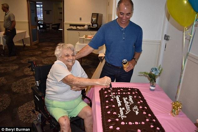 Внуки — это чудо: 90-летняя австралийка стала бабушкой в 87-й раз