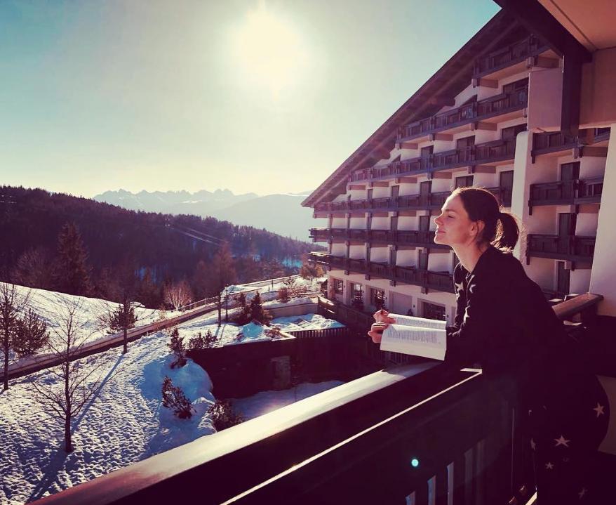 Где звездные семьи — отдыхают зимой: 10 крутых мест из соцсетей