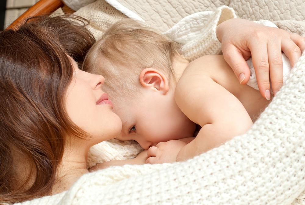 Почему у кормящей мамы подтекает молоко: 9 причин и их решение