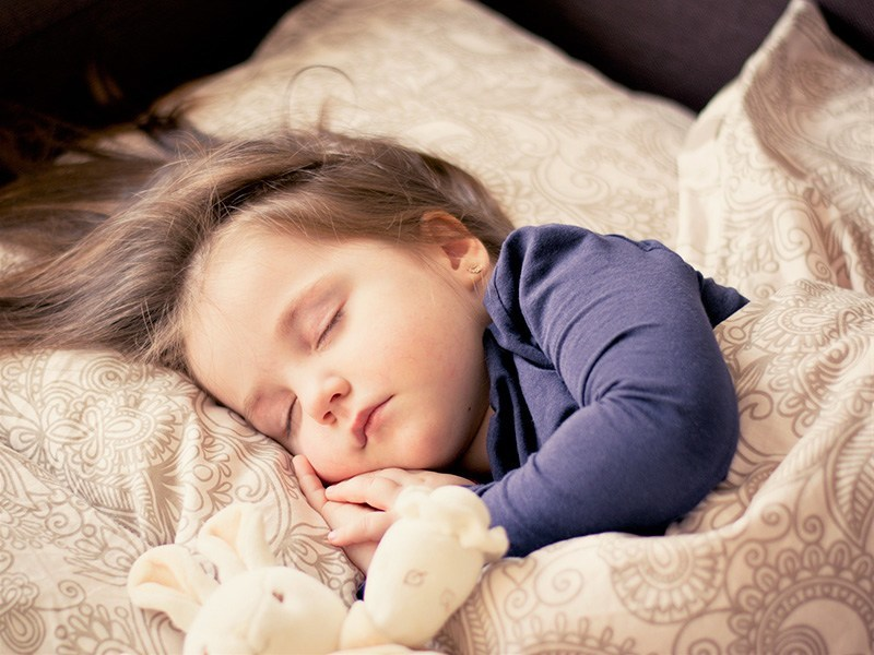 Глазки открывай: 10 хитрых способов, как разбудить ребенка утром
