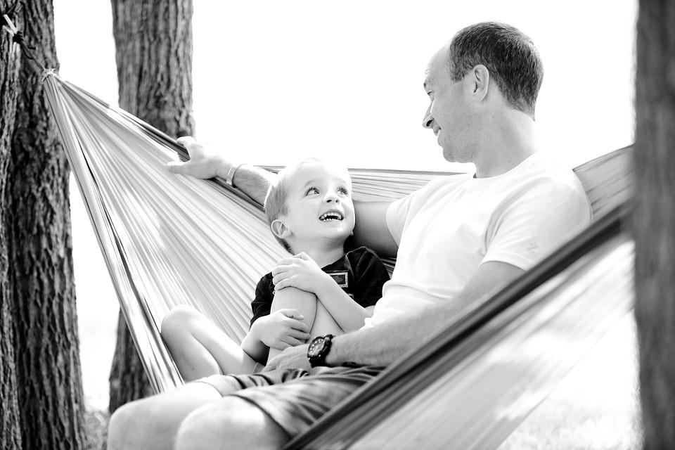 Если муж — ревнует к ребенку: почему так происходит и что с эти делать?