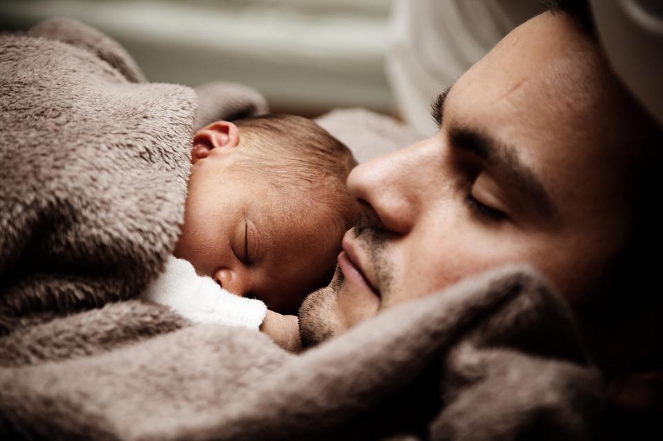 Недоношенный малыш — больший стресс для папы, чем для мамы: и вот почему