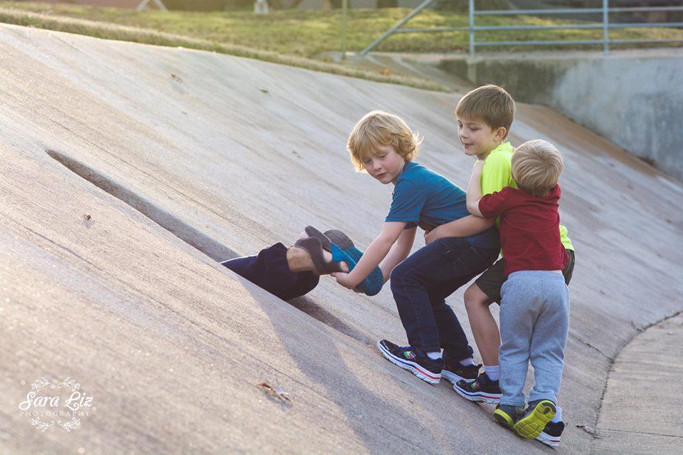 Реальные пацаны: мама-фотограф показала настоящее детство мальчишек