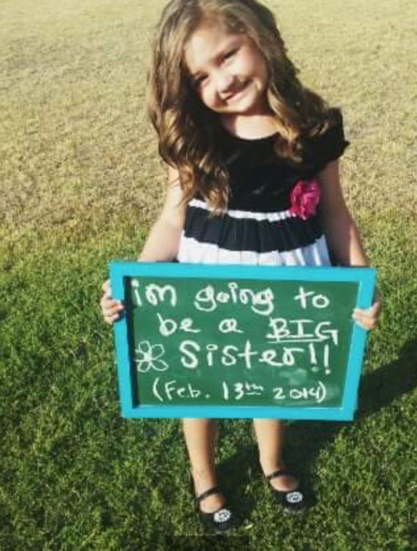 Побывав на родах у мамы, 8-летняя девочка решила стать акушеркой. Видео