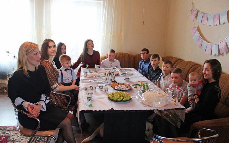 Женщина-полицейский из Житомира стала мамой 13 деток