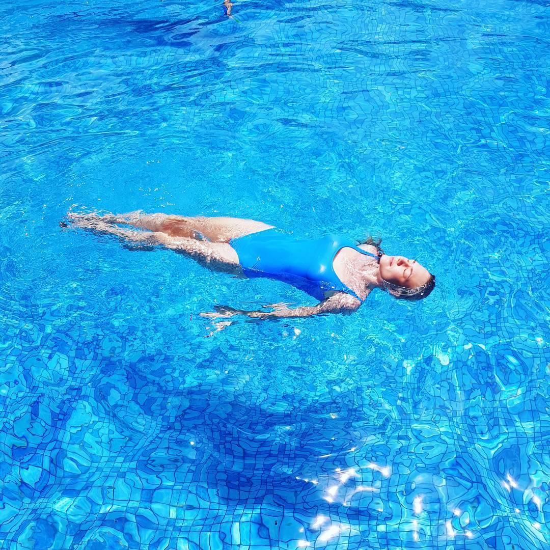Ну точно дюймовочка!: многодетная мама Акиньшина показала фото в купальнике