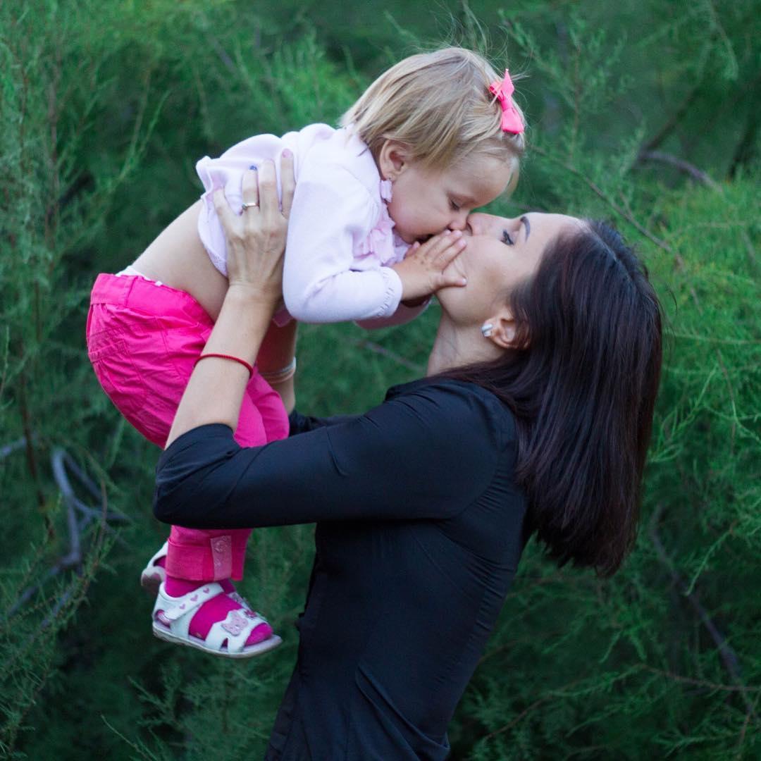 Детский стоматолог объяснил, почему нельзя целовать детей в губы