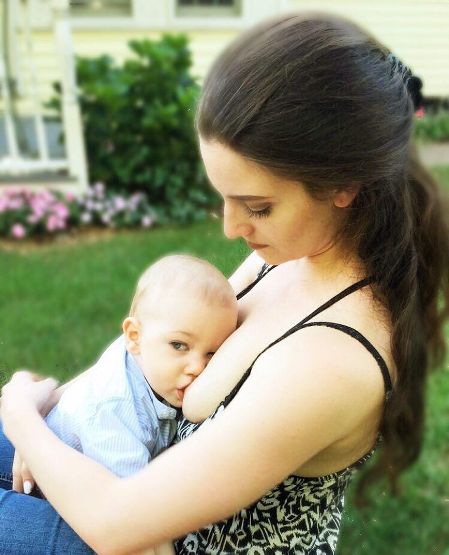 Инста-мама из США не стесняется кормить сына на людях — и вот почему