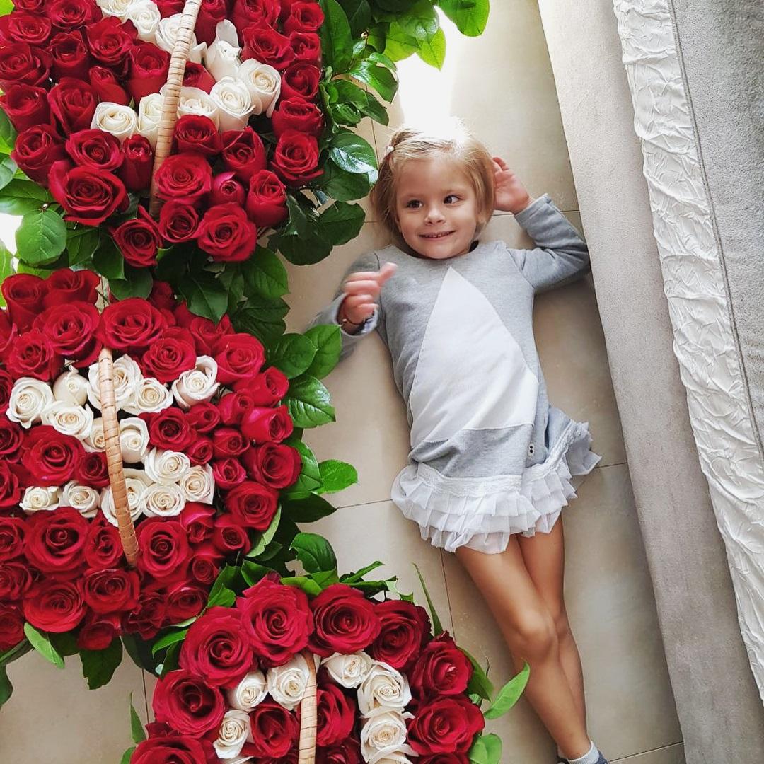 Какой праздник — без цветов: Тимати выложил имя 3-летней дочки из роз
