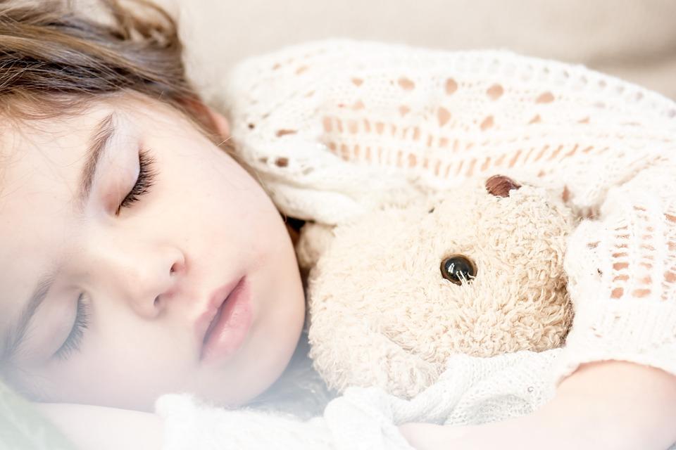 Почему вы должны читать ребенку сказки на ночь: 5 причин
