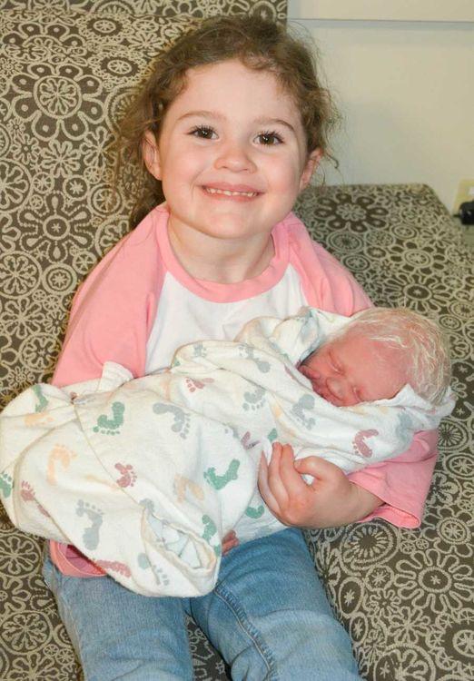 Американка рассказала, каково быть мамой альбиноса и что она пережила после родов
