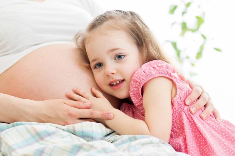 Ученые рассказали, почему малыш шевелится в животике. Причина вас удивит!