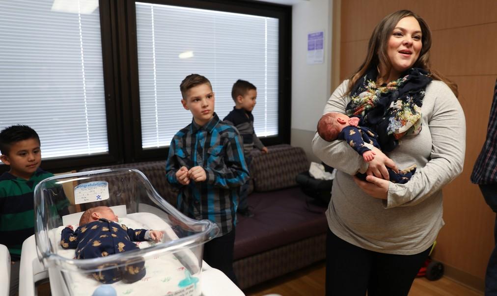 У пары из США сначала родился сын, потом двойняшки, а затем — тройняшки