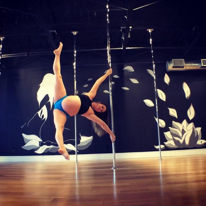 Беременная танцовщица на пилоне покорила соцсети. Она на 9-м месяце!