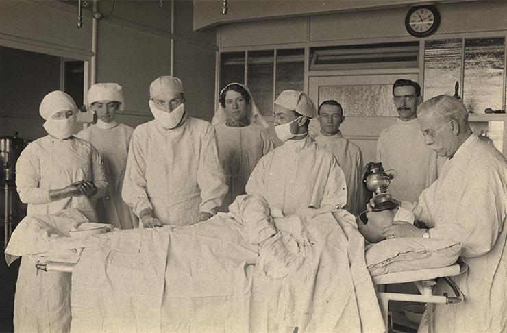 Как женщины рожали 100 лет назад (фото)