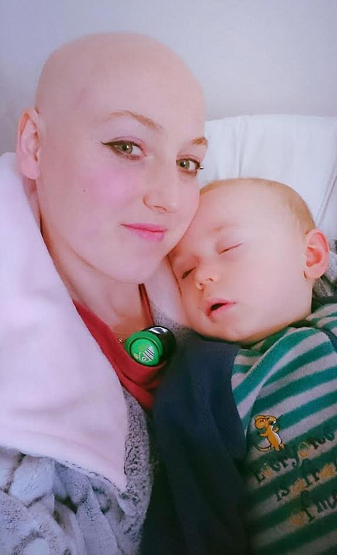 Малыш спас маму от рака, перестав брать ее правую грудь при ГВ