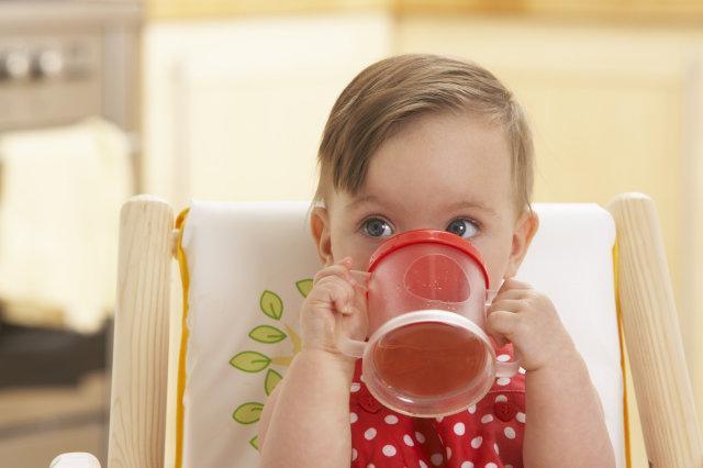 Почему детям до 2-х лет нельзя давать чай, а после — обязательно